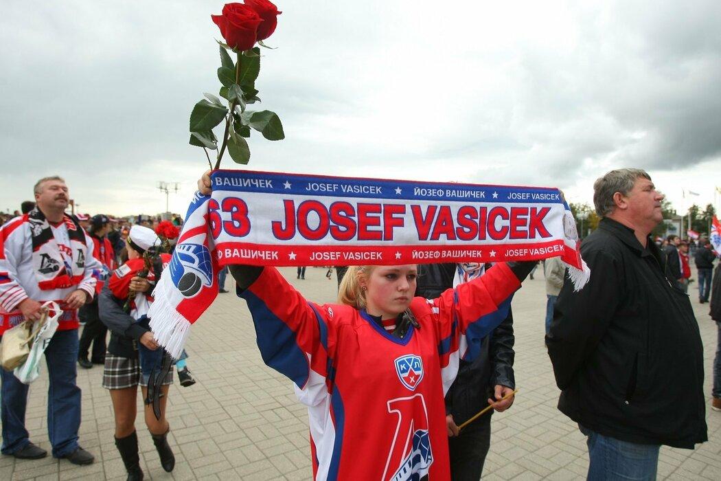 V Jaroslavli nezapomněli ani na Čechy, tahle fanynka si vzala na pietní výroční akci šálu Josefa Vašíčka