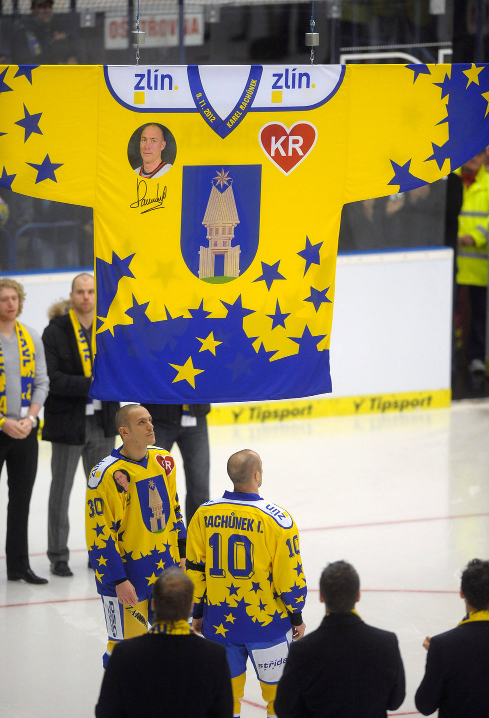 Bratři tragicky zesnulého Karla Rachůnka Tomáš (vlevo) a Ivan poslali ke stropu haly památkový dres s číslem 4