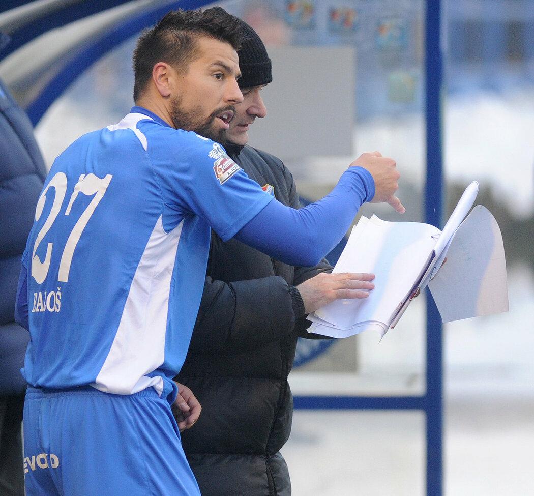 Milan Baroš si vyjasňuje taktické pokyny s koučem Baníku Martinem Pulpitem