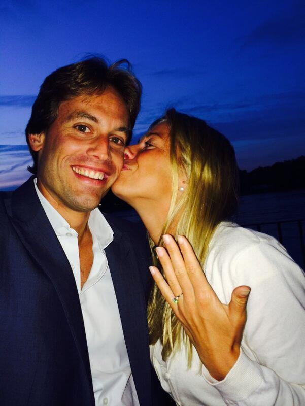 Andrea Hlaváčková se chlubí svým prstýnkem a přitom líbá svou lásku, Itala Frabrizia Sestiniho