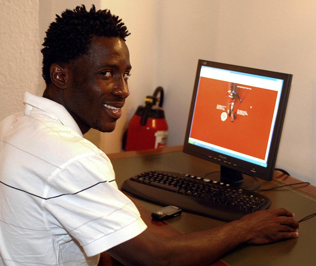 Bony Wilfried u počítače při svém angažmá ve Spartě