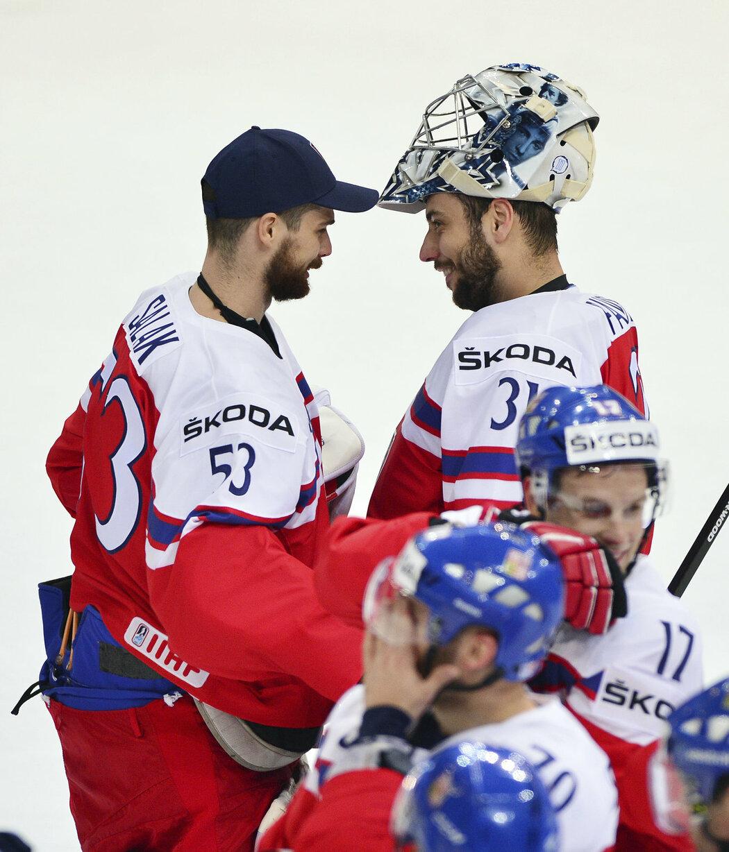 Alexander Salák (vlevo) gratuluje Ondřej Pavelcovi po zápase s Lotyšskem