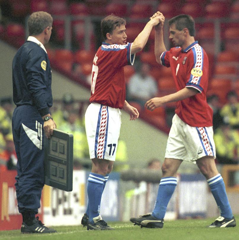 Vladimír Šmicer na EURO 1996 střídá Pavla Kuku v zápase s Ruskem, ve kterém pak vystřelil postupovou remízu