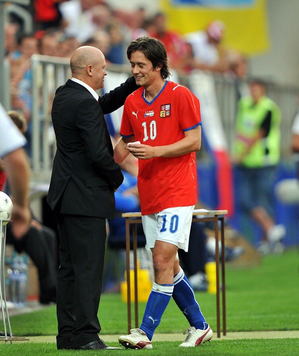 2009 - Kouč reprezentace Ivan Hašek děkuje Tomáši Rosickému při střídání v kvalifikačním zápase o MS 2010 proti San Marinu