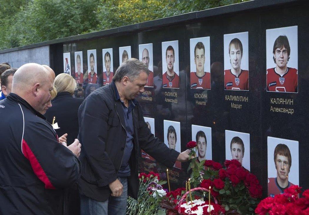 K památníku obětí letecké havárie v Jaroslavli, při které zemřeli všichni členové hokejového týmu i posádky, přinášejí lidé i dnes stále květiny