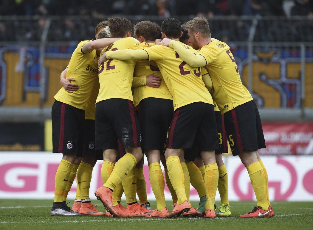Fotbalisté Sparty se radují po gólu do sítě Olomouce