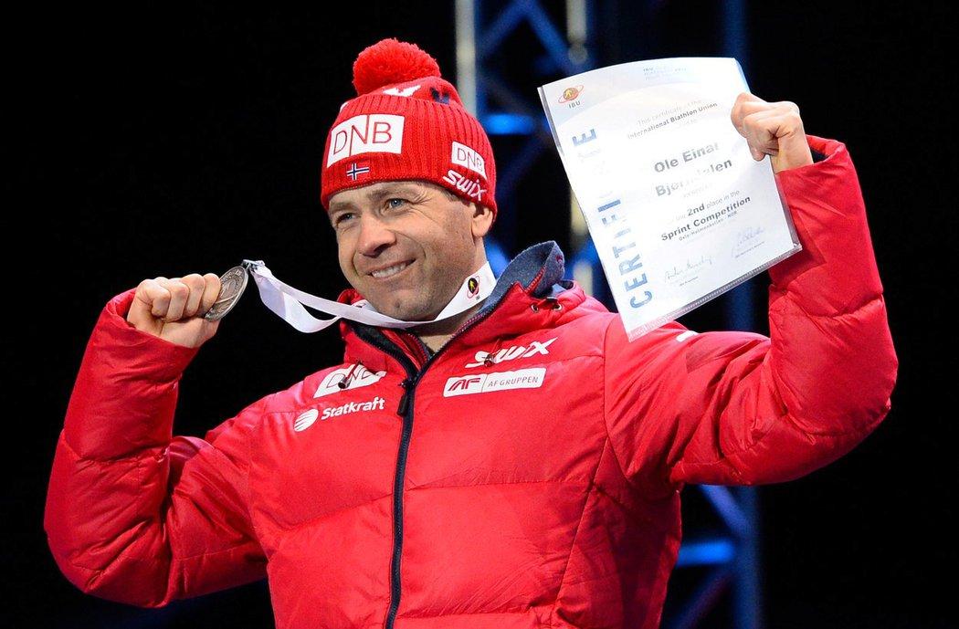 Norský biatlonista Ole Einar Björndalen se raduje z medaile na mistrovství světa
