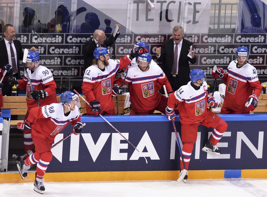 Jiří Kalous a Vladimír Vůjtek se radují na české lavičce z vítězství nad Švédy