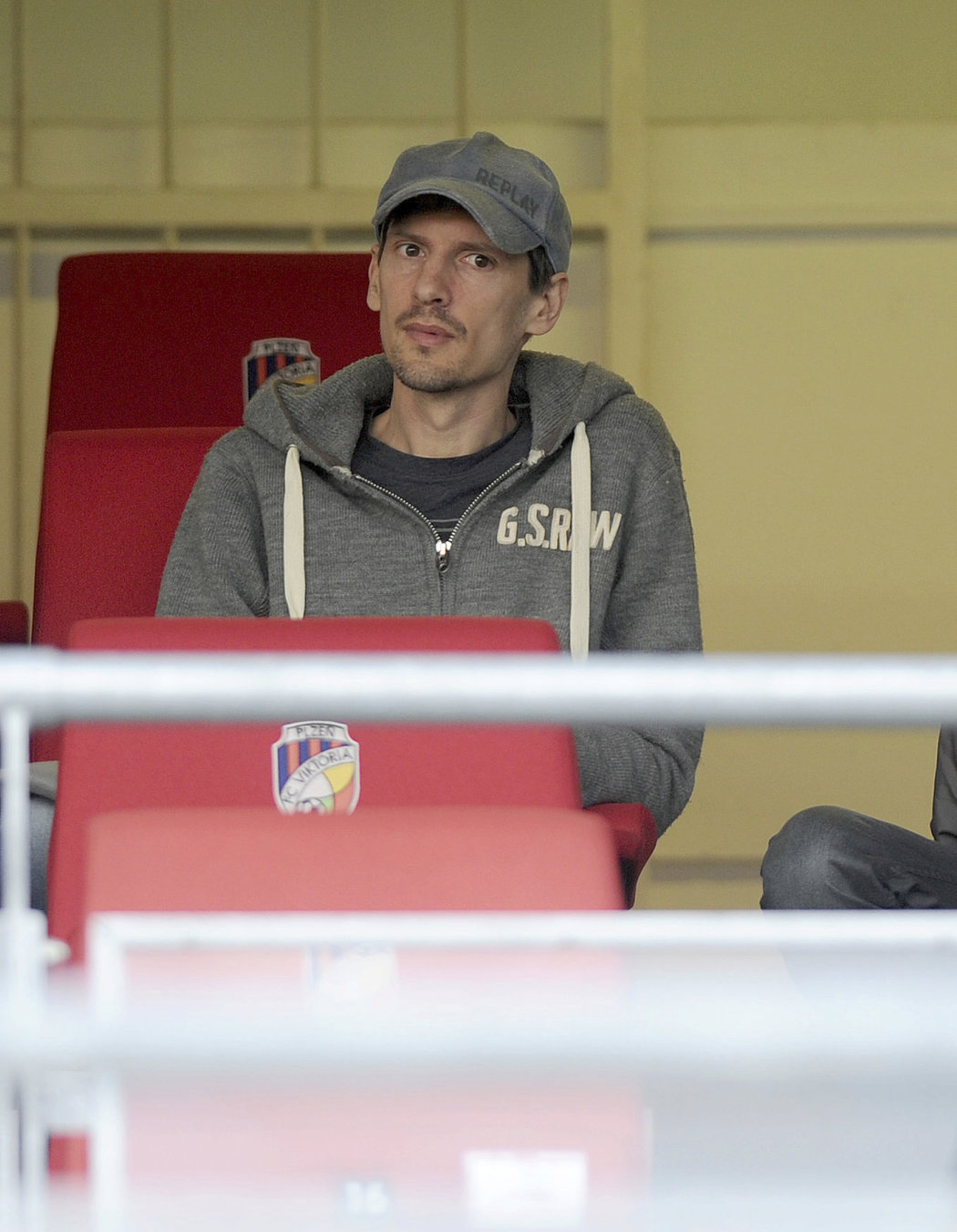 Marián Čišovský sleduje z tribuny zápas Plzně s Jabloncem, po kterém dostane Viktoria mistrovský pohár