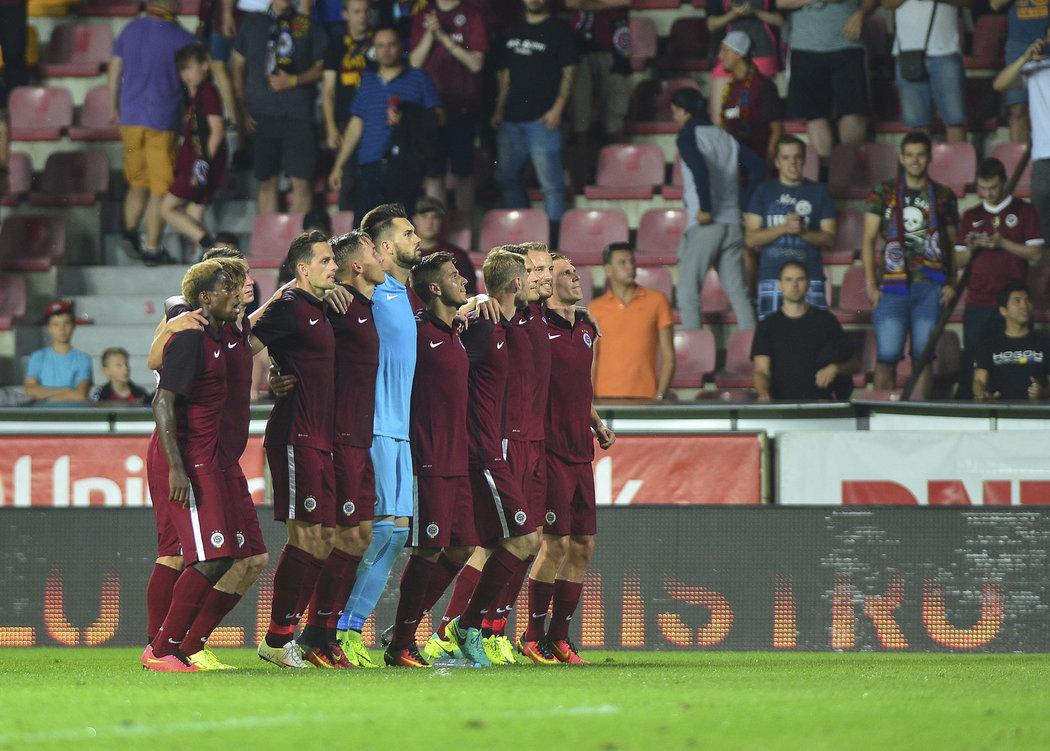 Fotbalisté Sparty a jejich děkovačka fanouškům po generálce s Fenerbahce Istanbul (0:0).