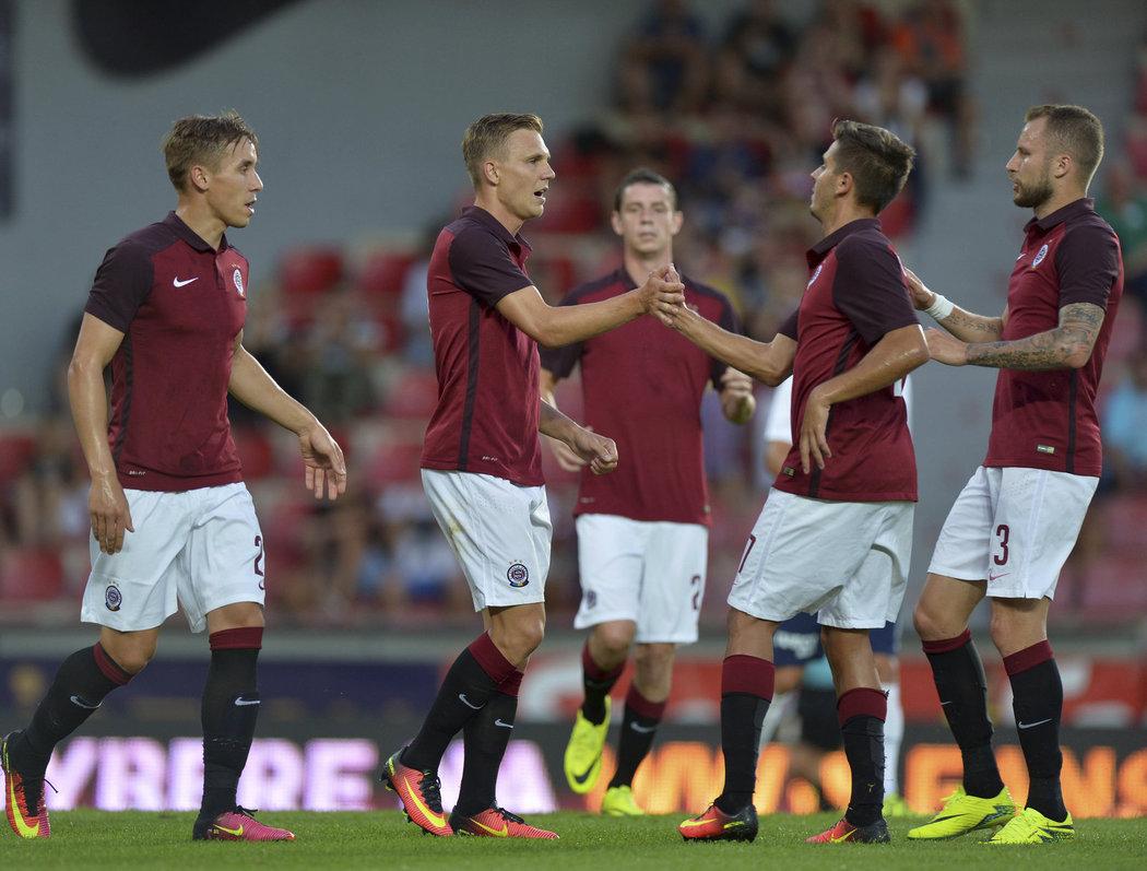 Hráči Sparty se radují z gólu