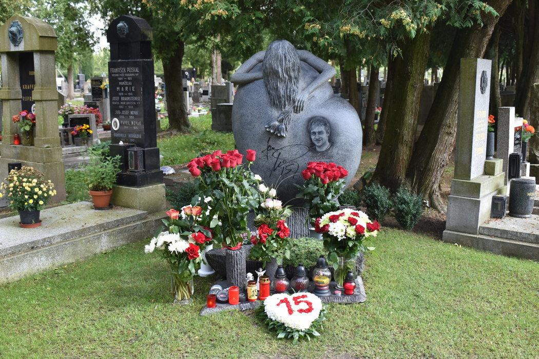 Krásný pomník Jana Marka v záplavě čerstvých kytic, kterým dominovaly rudé růže
