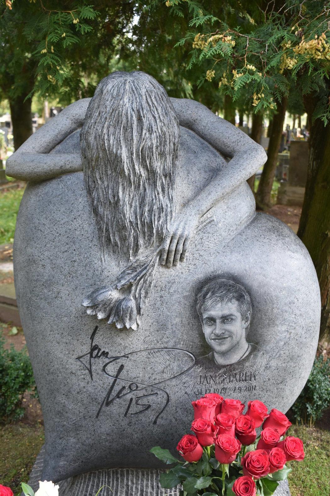 Pomník ve tvaru srdce s portrétem hokejisty Honzy Marka symbolizuje lásku a smutek jeho ženy.