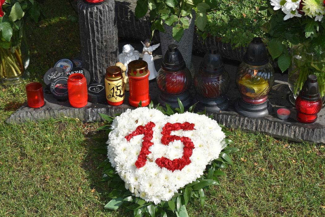Hořící svíčky, puky, andílci a další dárky má Honza Marek na svém pomníku.