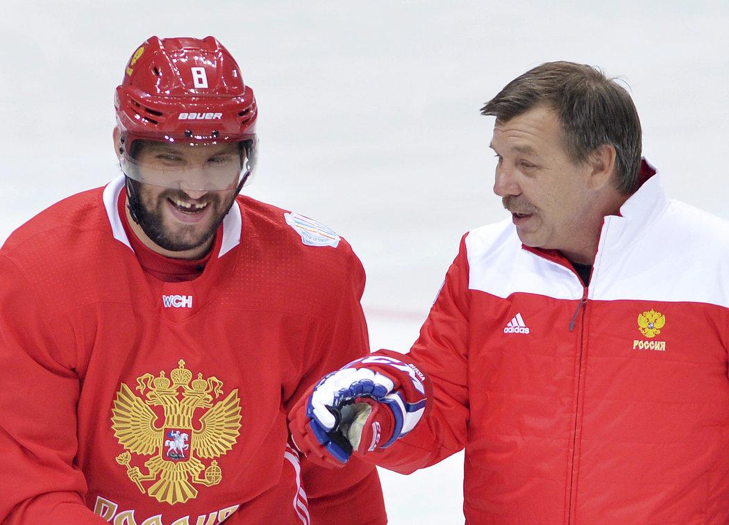 Alexandr Ovečkin se takhle před lety na tréninku v O2 areně uvolněně bavil s ruským koučem Olegem Znarokem