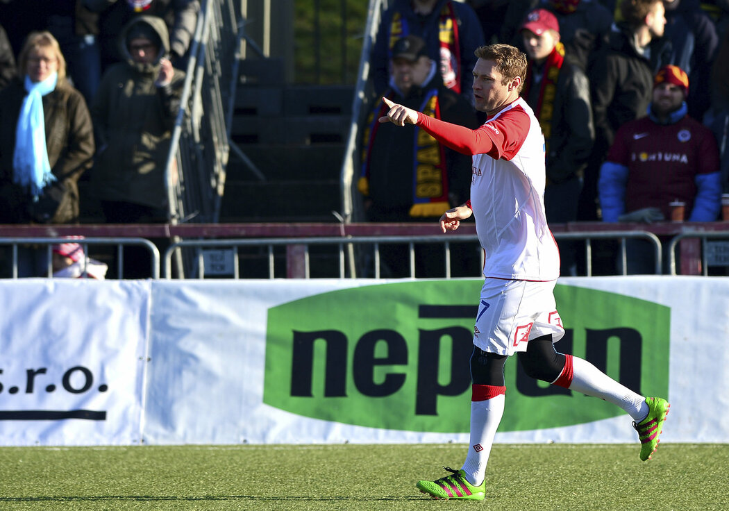 Karel Piták se raduje z jednoho svých tří gólů v Silvestrovském derby proti Spartě