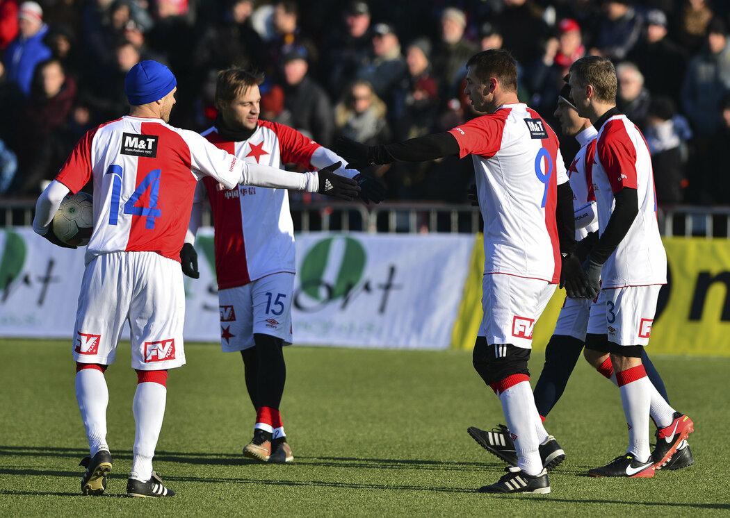 Fotbalisté Slavie se radují z gólu Pavla Kuky (druhý zprava) v Silvestrovském derby proti Spartě