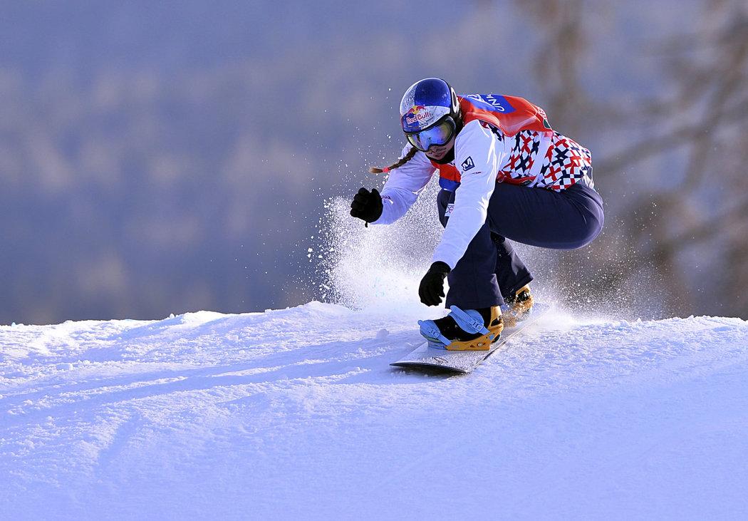 Eva Samková má ve snowboardcrossu zlatou olympijskou medaili, teď učí také děti