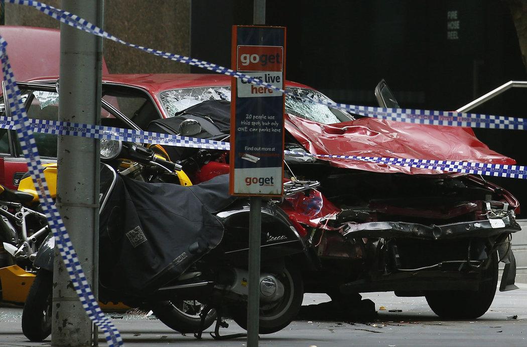 Řidič najel do davu v Melbourne: Zabil nejméně tři lidi, dalších 20 zranil