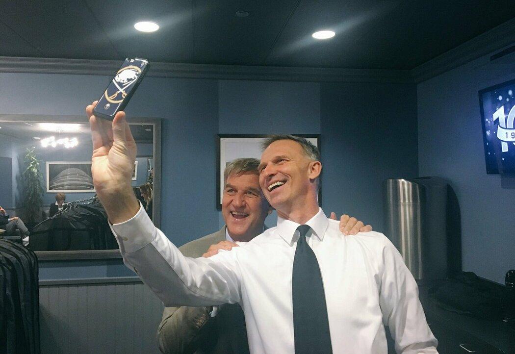 Dominik Hašek si dělá společnou selfie s Bobbym Orrem