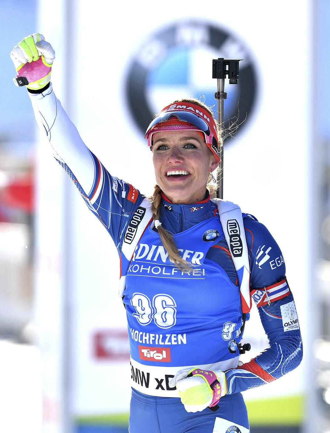 Jsem  jednička, jako kdyby Gabriela Koukalová ukazovala po vítězství ve sprintu