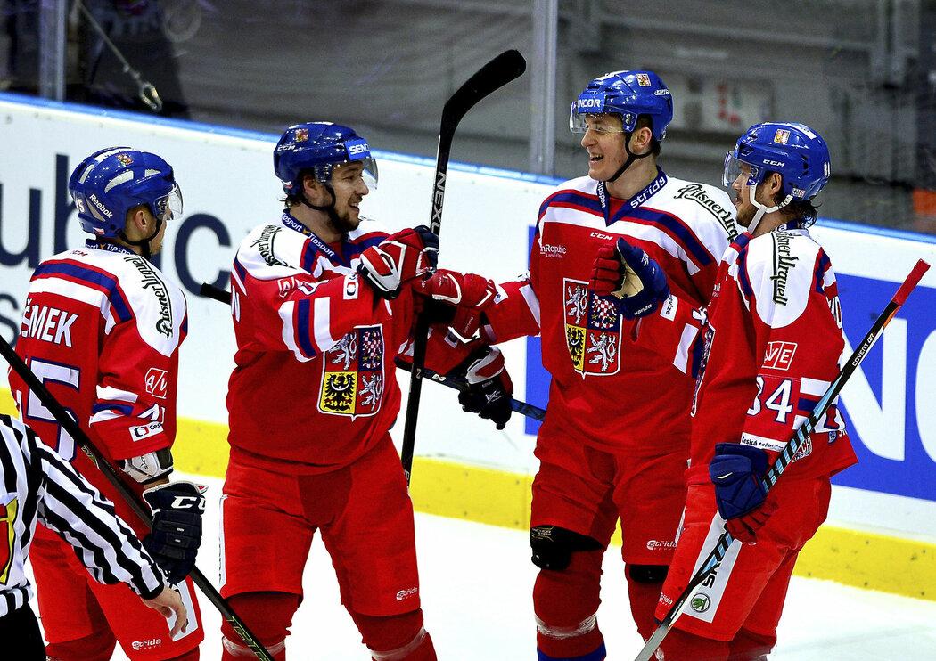 Lukáš Radil dal dva góly a přijímal gratulace spoluhráčů