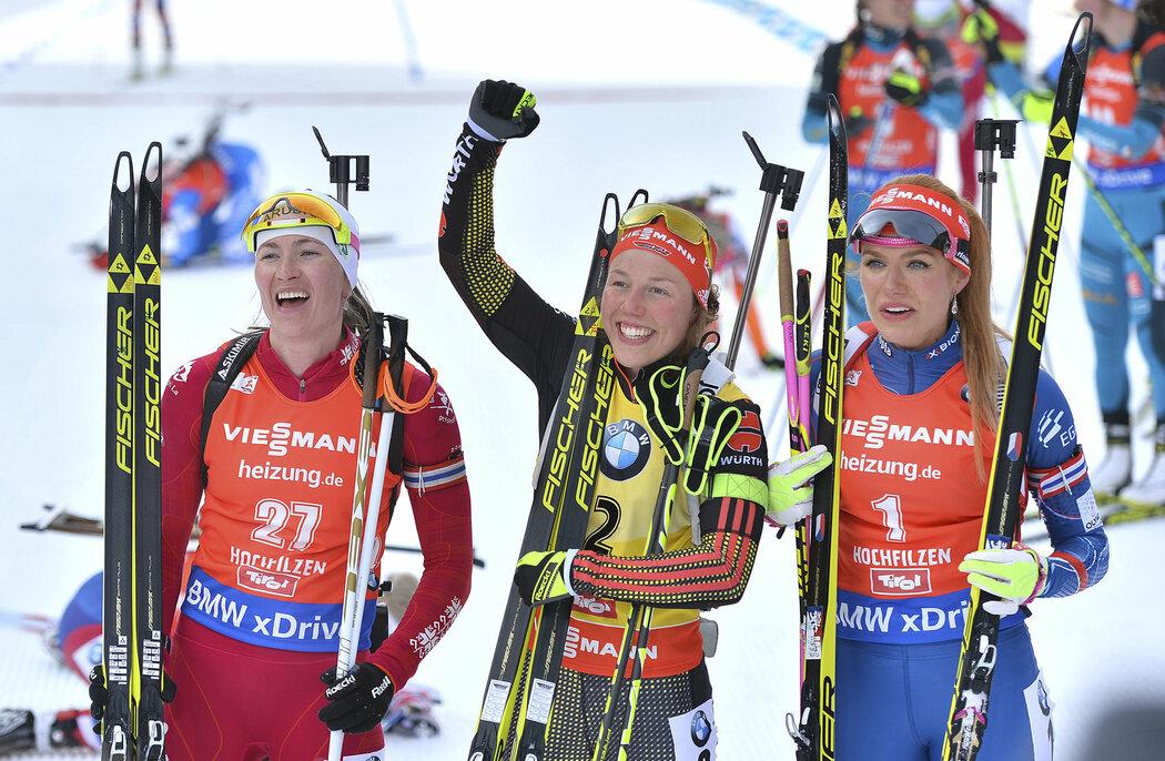 Druhá Darja Domračevová, vítězka Laura Dahlmeierová a třetí Gabriela Koukalová v cíli stíhačky na MS
