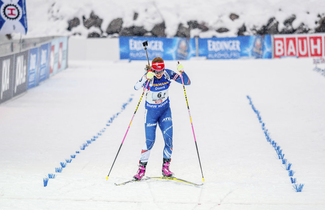Gabriela Koukalová finišuje ve štafetě na MS v biatlonu jako čtvrtá