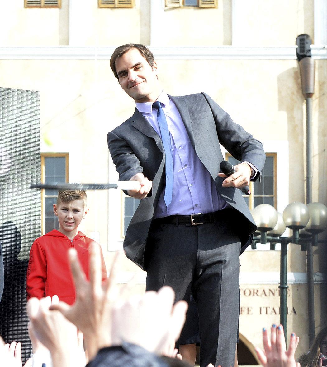 Roger Federer na Staroměstském náměstí odpaluje míček, který je zároveň vstupenkou na zářijový Laver Cup