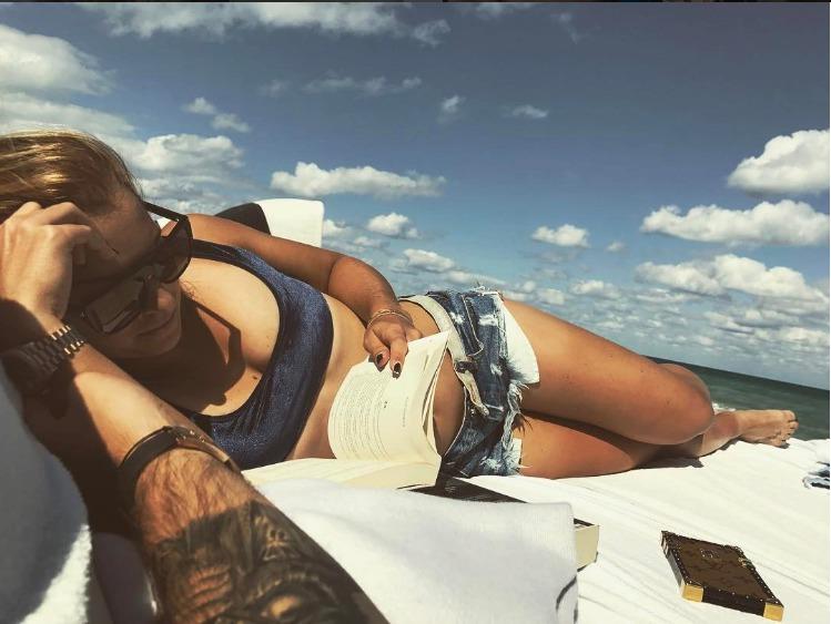 Dominika Cibulková si dopřává chvíle volna na pláži.