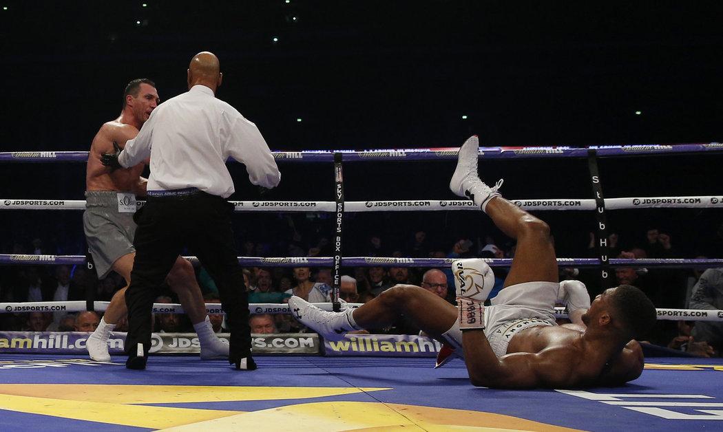 Joshua se po jednom úderů poroučel k zemi
