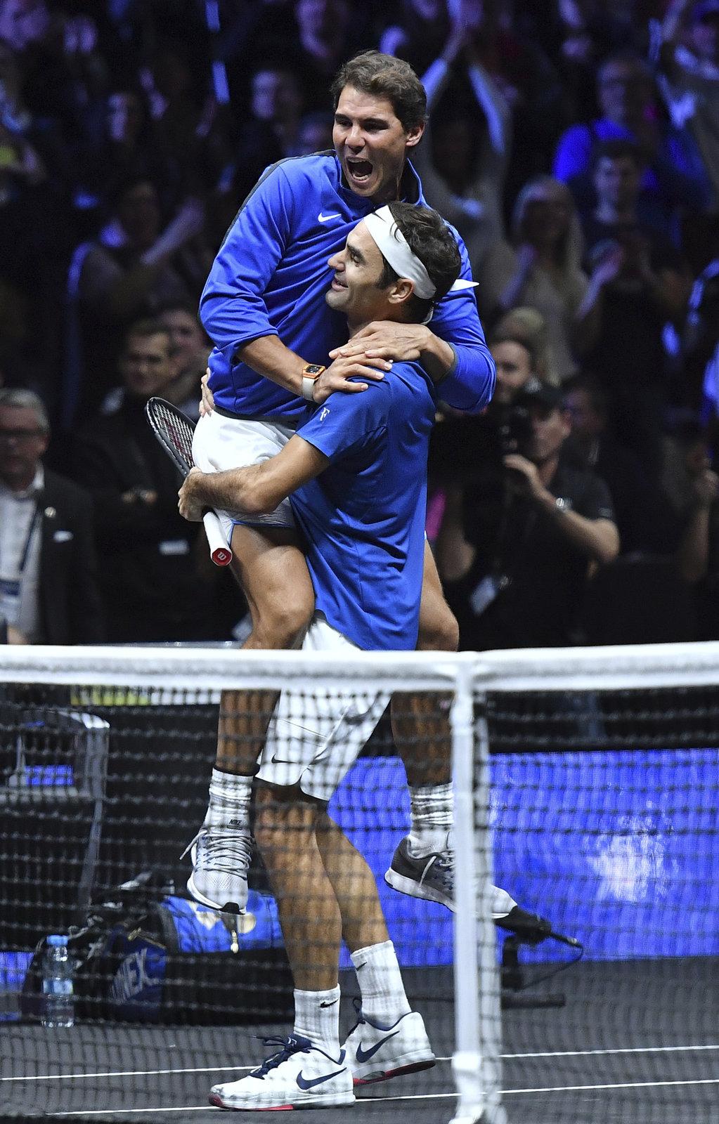 Jako první přispěchal k Federerovi po rozhodujícím vítězství Rafael Nadal