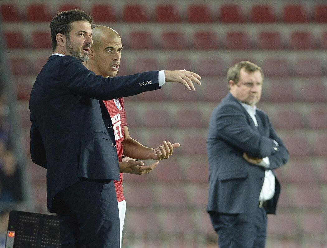 Andrea Stramaccioni dává taktické pokyny Ben Chaimovi