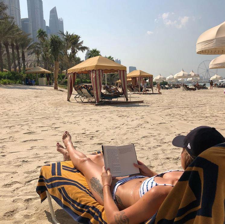 Karolína se vyhřívá v Arabských emirátech.