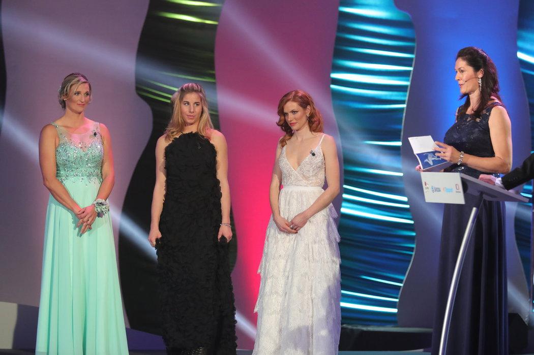 Barbora Špotáková, Ester Ledecká a Gabriela Koukalová spolu na pódiu při vyhlášení ankety Sportovec roku