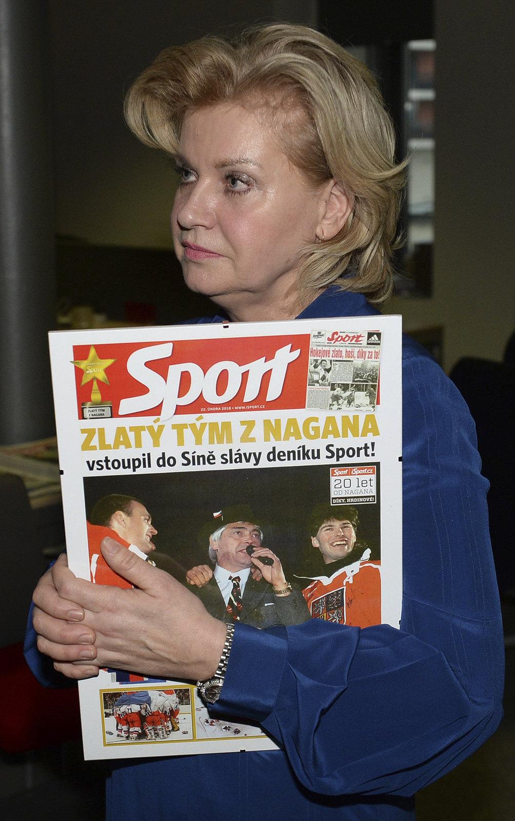 Liběna Hlinková s pamateční titulní stranou deníku Sport