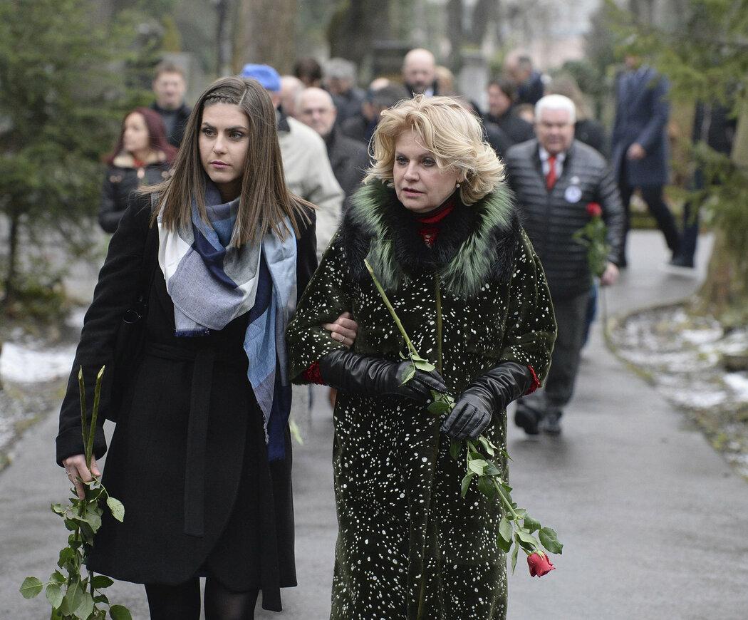 Liběna Hlinková vyrazila společně s hráči z naganského týmu k hrobu svého manžela Ivana Hlinky