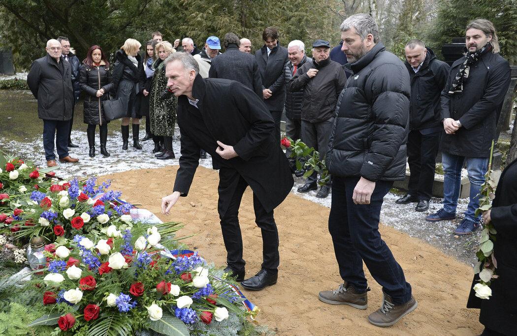 Památku Ivana Hlinky uctili u jeho hrobu také brankář Dominik Hašek a Richard Šmehlík