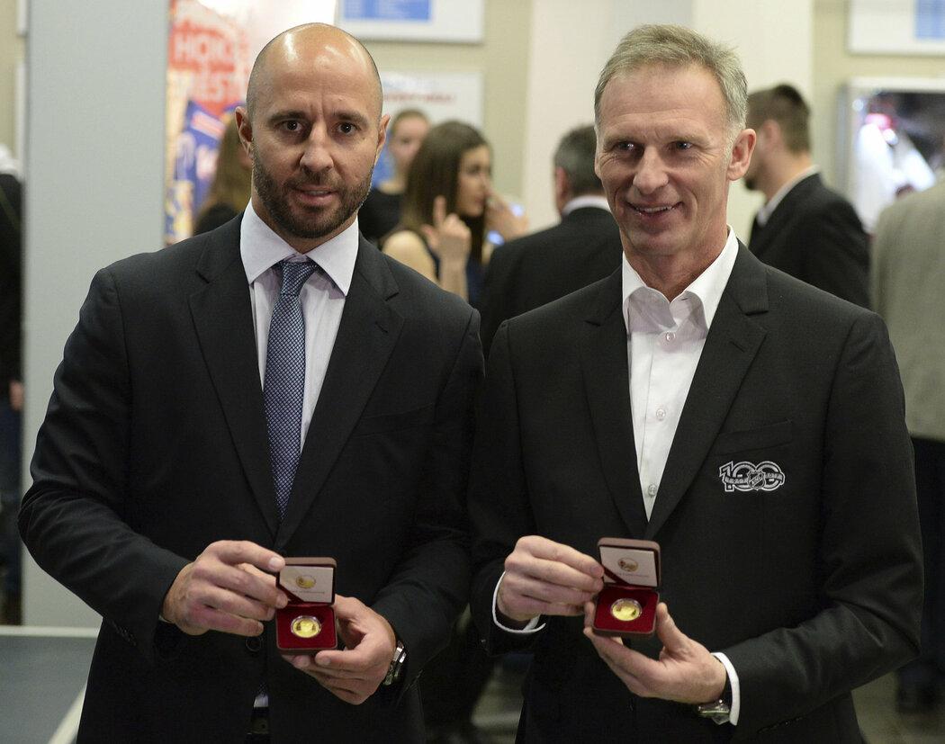 Martin Ručinský a Dominik Hašek s pamětními zlatými mincemi u příležitosti 20 let od vítězství v Naganu