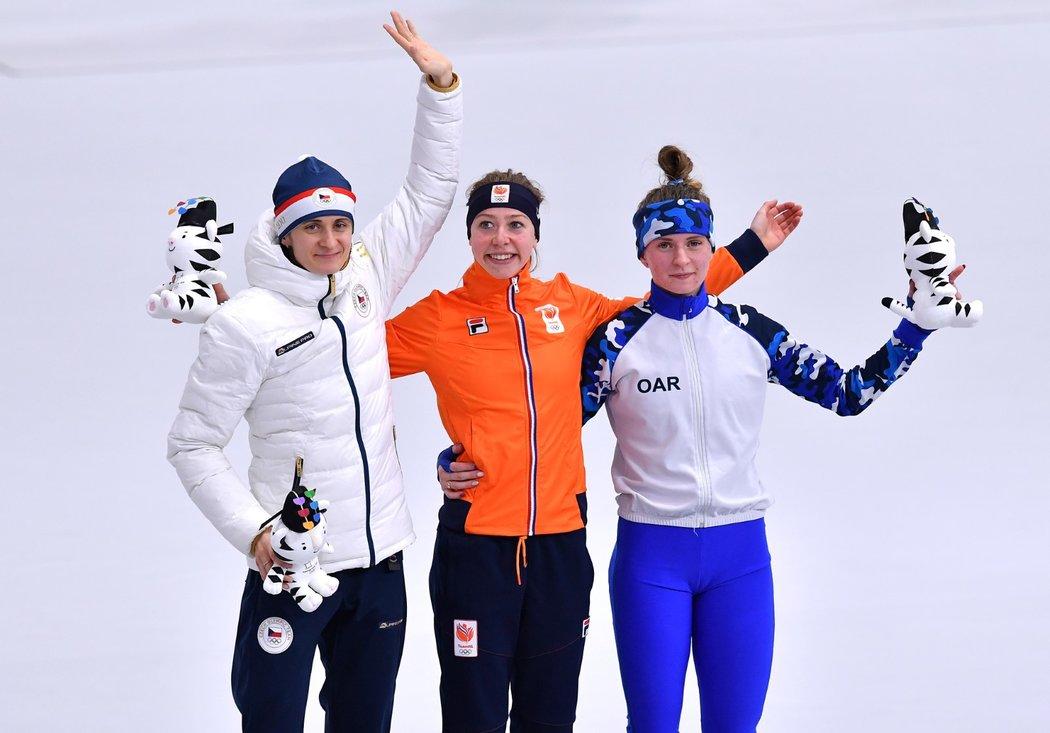 Tři nejlepší závodnice na pětce - Martina Sáblíková, Esmee Visserová a Natalia Voroninová