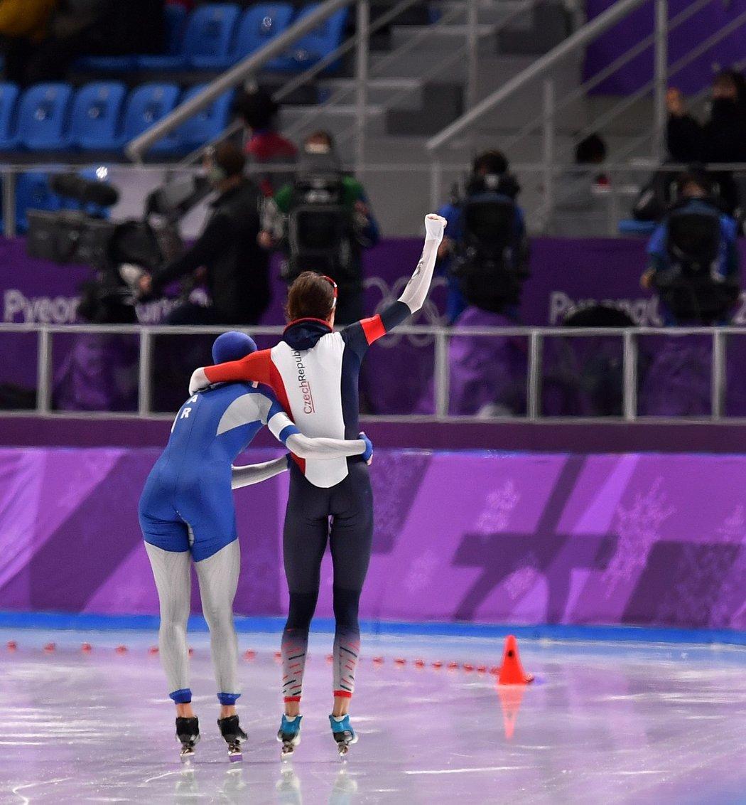 Pěkné gesto! Martina Sáblíková a Natalia Voroninová se společně vyvezly pro medaile