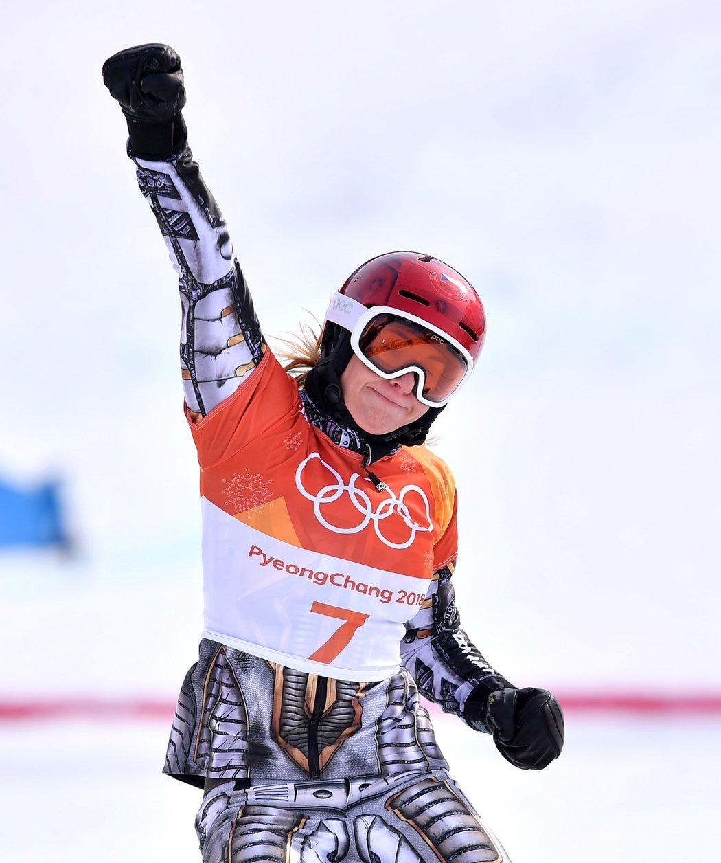 Ester Ledecká a její vítězné gesto ve finále paralelního obřího slalomu snowboardistek na olympiádě