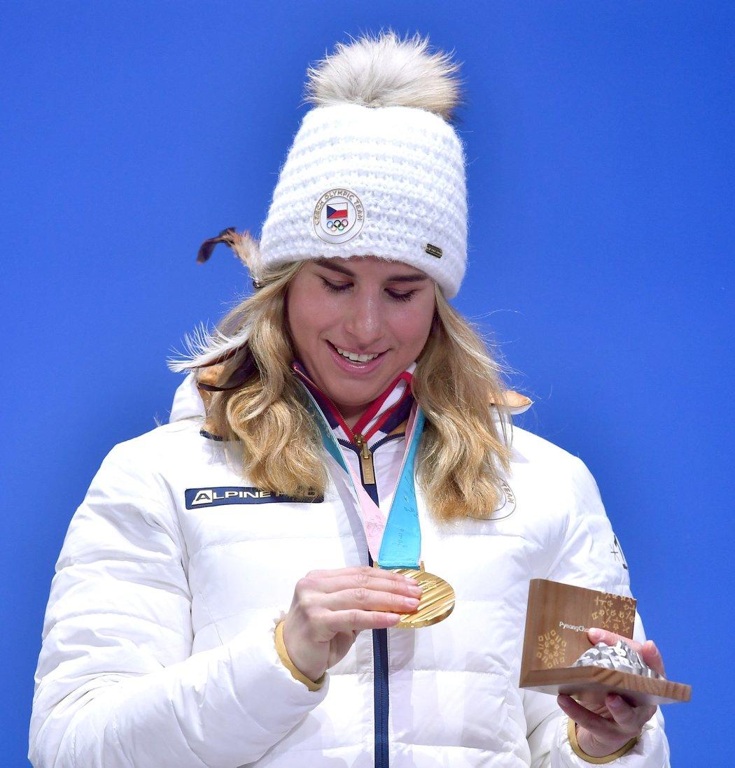 Ester Ledecká si prohlíží svou druhou zlatou medaili z olympiády v Pchjongčchangu