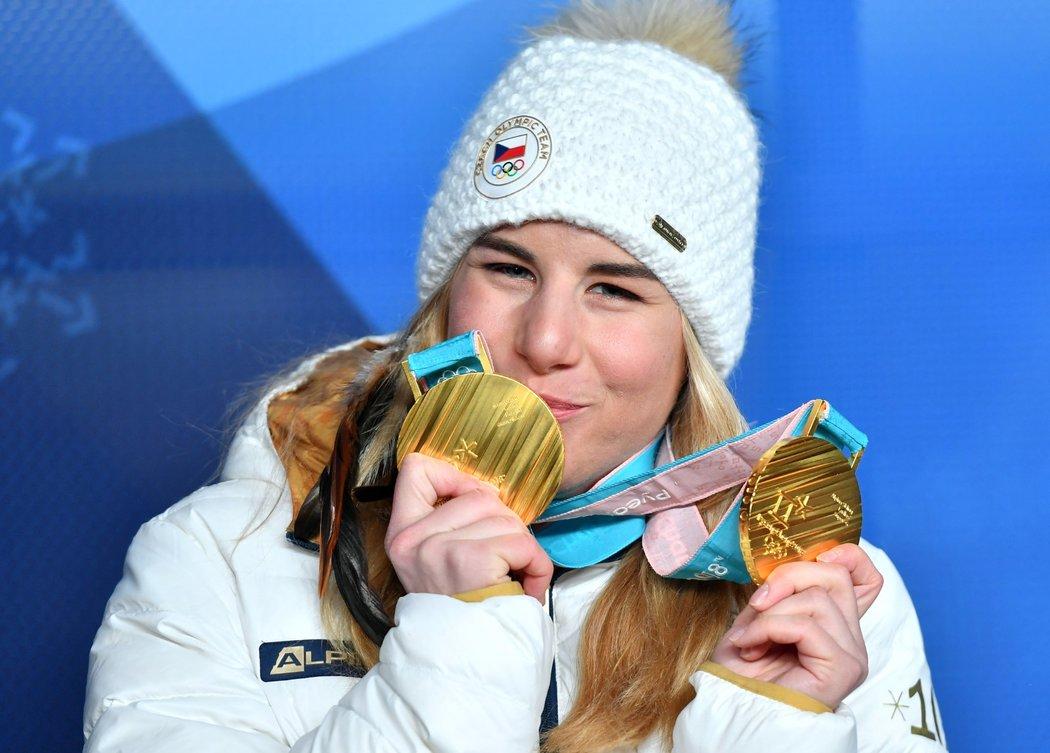 Ty jsou moje! Ester Ledecká si na předávání medailí za snowboard přinesla i lyžařskou zlatou...