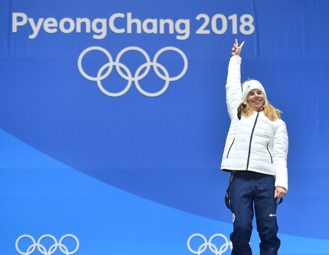 Dvě zlaté jsou moje, raduje se Ester Ledecká na medailovém pódiu v Pchjongčchangu