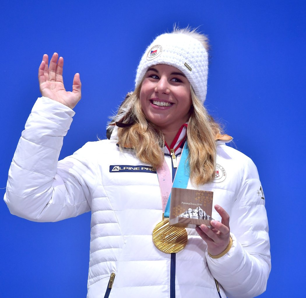 Česká hrdinka olympiády v Pchjongčchangu Ester Ledecká mává fanouškům ze zlatem ze snowboardu