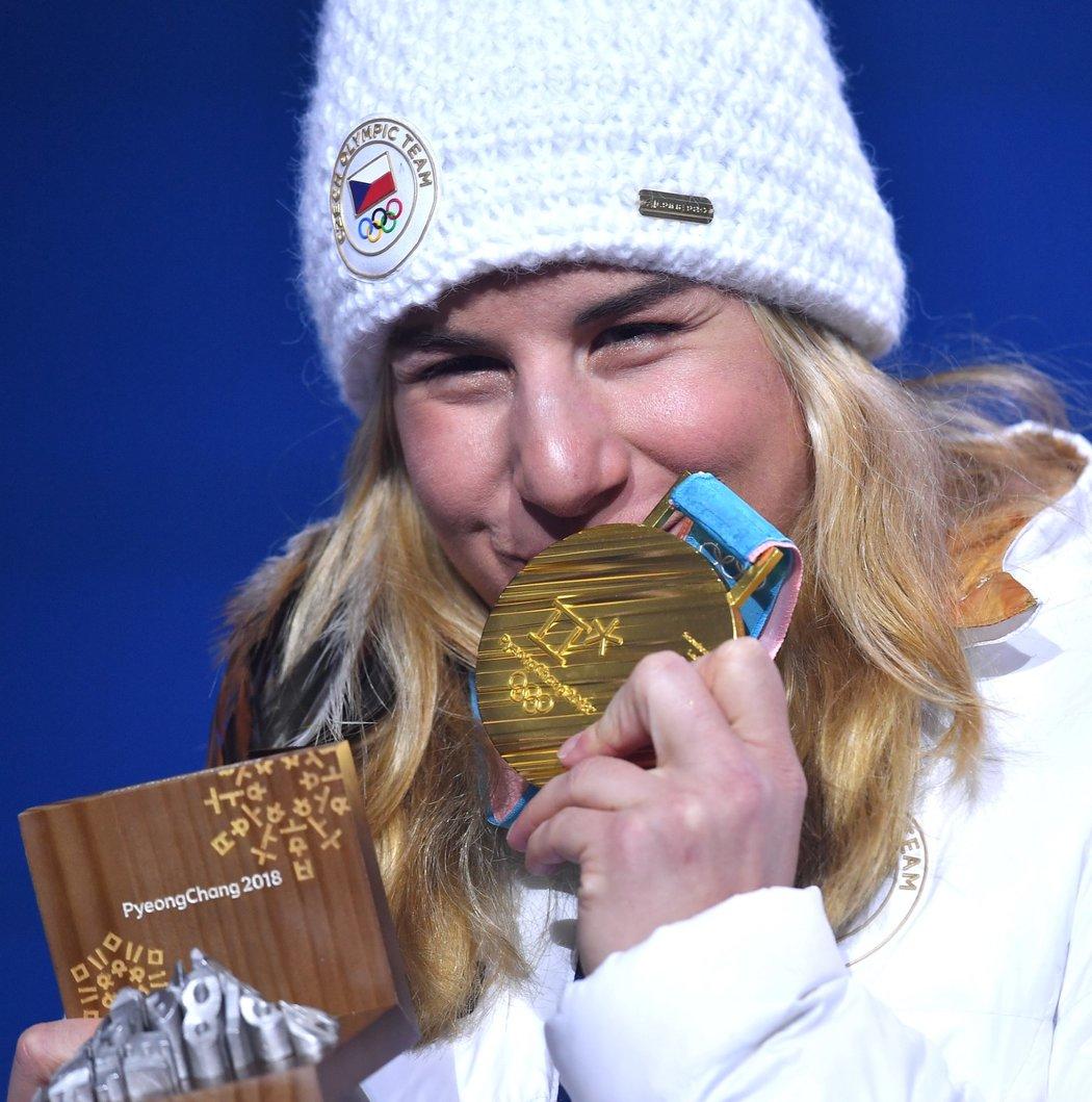 Ester Ledecká se chlubí svou druhou zlatou medailí z olympiády v Pchjongčchangu