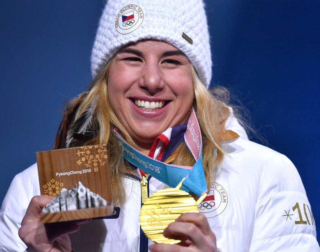 Ester Ledecká se směje se svou zlatou medailí z paralelního obřího slalomu snowboardistek
