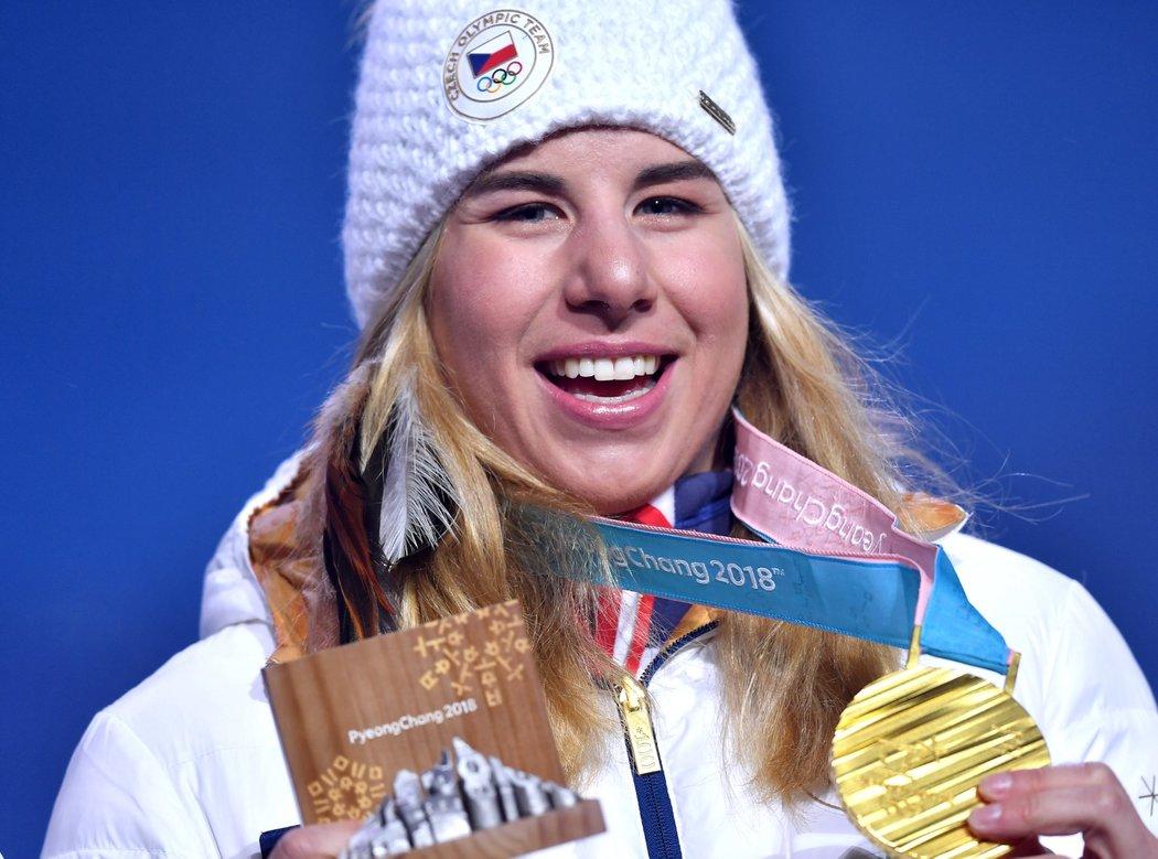 Rozesmátá Ester Ledecká se zlatou medailí ze snowboardingu