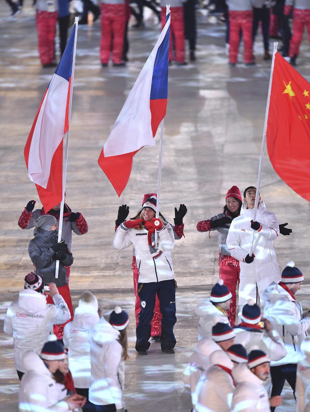 Ester Ledecká s českou vlajkou při slavnostním zakončení olympiády v Pchjongčchangu